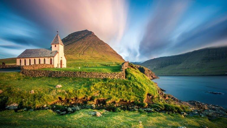 Landskap og kirke på Færøyene.